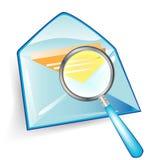 Envelop met vergrootglas Stock Foto's
