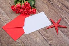 Envelop, zeester en rozen op een houten achtergrond Stock Foto's
