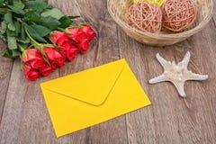 Envelop, zeester en rozen op een houten achtergrond Royalty-vrije Stock Afbeeldingen
