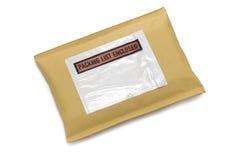 Envelope acolchoado com etiqueta no branco fotografia de stock royalty free