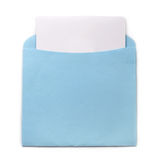 Envelope azul com convite Imagens de Stock