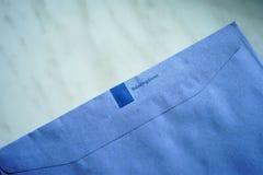 Envelope azul das autoridades de imposto holandesas fotografia de stock royalty free