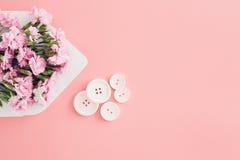 Envelope branco com as flores bonitas cor-de-rosa no fundo cor-de-rosa Correio para você Fotos de Stock