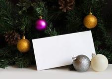 Envelope branco do cargo na tabela branca com ramos de árvore do abeto e bolas do Natal Imagem de Stock