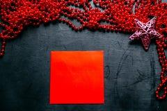Envelope com festão vermelha e uma estrela no fundo preto foto de stock
