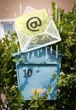 Envelope com o sinal do email que deixa cair na caixa postal Fotografia de Stock Royalty Free