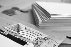 envelope com selo e os envelopes brancos Fotos de Stock