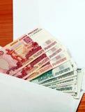 Envelope com um dinheiro do russo imagens de stock