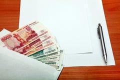 Envelope com um dinheiro e um papel vazio fotos de stock royalty free