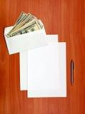 Envelope com um dinheiro e um papel vazio imagem de stock