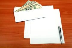 Envelope com um dinheiro e um papel vazio fotografia de stock royalty free