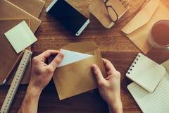 Envelope da abertura imagem de stock
