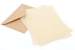 Envelope de Brown com papel de letra Fotografia de Stock Royalty Free