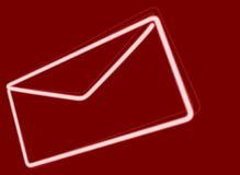 Envelope de néon branco no fundo vermelho Foto de Stock Royalty Free