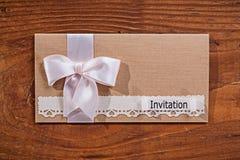 Envelope do convite do casamento na placa de madeira velha Fotografia de Stock