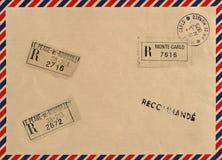 Envelope do correio aéreo do vintage com selos Imagens de Stock Royalty Free