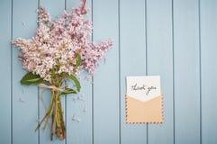 Envelope do porte postal do vintage com cartão e ramalhete do verão do lilás Imagens de Stock Royalty Free
