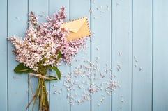 Envelope do porte postal do vintage no ramalhete delicado de florescência Fotos de Stock