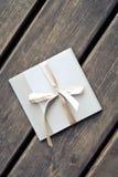 Envelope do presente em um assoalho de madeira Imagens de Stock Royalty Free