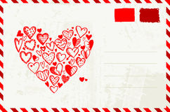 Envelope do Valentim com esboço vermelho do coração Foto de Stock