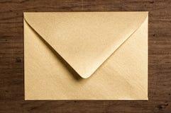 Envelope dourado. imagem de stock