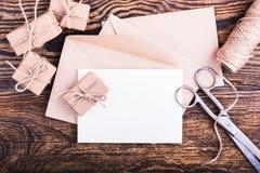 Envelope e cartão vazio, decorações feitos a mão ajustadas do ofício imagens de stock royalty free