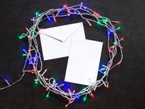 Envelope e folha de papel com festão Fotos de Stock Royalty Free