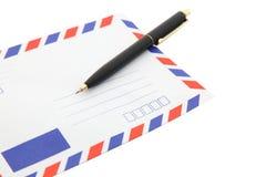 Envelope isolado do correio de ar com pena Fotos de Stock Royalty Free