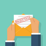 Envelope nas mãos com a letra rejeitada Imagens de Stock