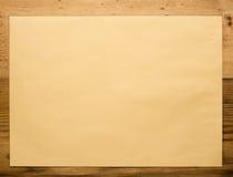 Envelope no close-up de madeira Fotos de Stock Royalty Free