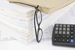 Envelope no documento velho da sobrecarga com espetáculos e a calculadora verticais Imagens de Stock Royalty Free