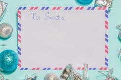 Envelope a Papai Noel em um fundo azul Configuração lisa Foto de Stock