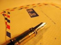 Envelope postal da pena e do ar Imagem de Stock Royalty Free