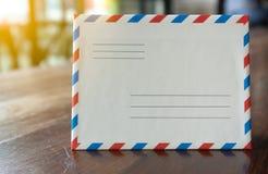 Envelope retro branco da letra do estilo do close up com luz alaranjada fotografia de stock