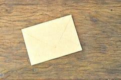 Envelope velho na textura de madeira Imagem de Stock