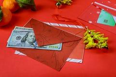 Envelope vermelho chinês das decorações do ano novo e do ano novo feliz do dólar americano desejos ou da fortuna ou da boa sorte imagem de stock