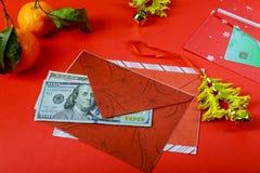 Envelope vermelho chinês das decorações do ano novo e do ano novo feliz do dólar americano desejos ou da fortuna ou da boa sorte fotos de stock
