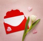 Envelope vermelho e tulipas brancas no fundo cor-de-rosa Espaço para o texto Fotografia de Stock