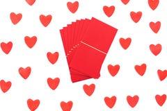 Envelope vermelho isolado no fundo branco com cora??es foto de stock royalty free