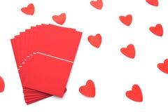 Envelope vermelho no fundo branco com corações imagens de stock