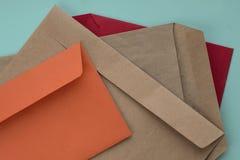 Envelopes coloridos no fundo da hortelã imagens de stock