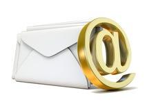 Envelopes com sinal dourado do email 3d rendem Foto de Stock Royalty Free