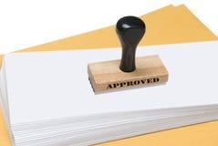 Envelopes e carimbo de borracha da aprovaçã0 imagens de stock