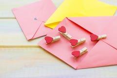 Envelopes e pinos cor-de-rosa do coração imagem de stock royalty free