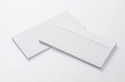 Envelopes vazios no fundo branco Foto de Stock