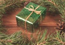Enveloppé dans le boîte-cadeau de Livre vert dans l'arbre de Noël vert images libres de droits