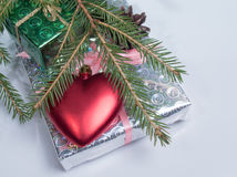 Enveloppé en cadeaux de papier brillants se trouvant sur leur coeur Traitement de vintage images stock