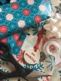 Enveloppant des cadeaux de Noël - aucun jeter un coup d'oeil Photos libres de droits