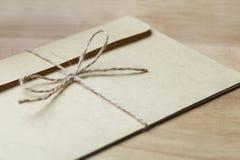 enveloppe attachée avec de la ficelle photographie stock libre de droits