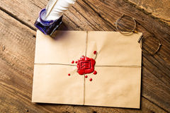Enveloppe avec de la cire de cachetage et l'encrier encastré imprimés avec l'encre bleue Photos libres de droits